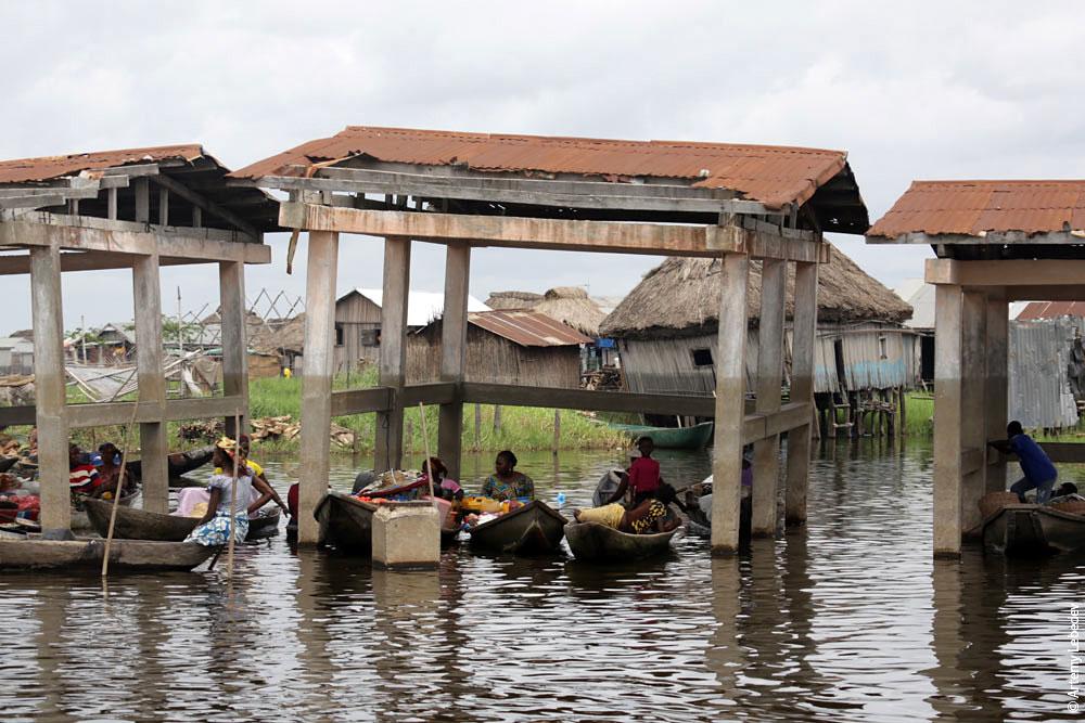 Рынок в деревне на сваях