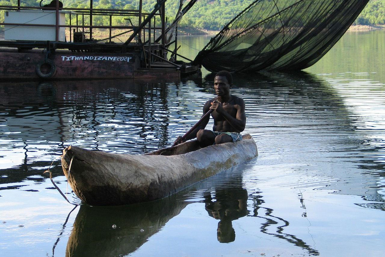 Рыбак на лодке-долбленке
