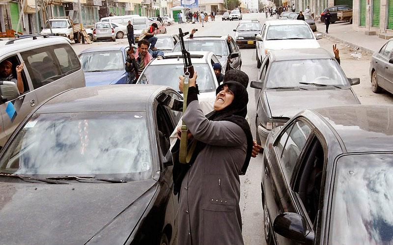 Женщина стреляет в воздух из АК-47